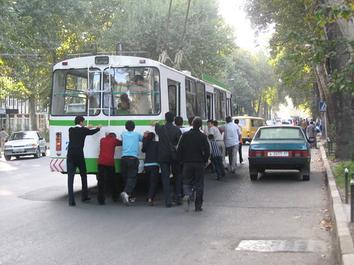 What do you do when there is a power cut and you're in an electric bus? Dushanbe, Tajikistan / 停電の解決しかた(タジキスタン、ドウシャンベ)