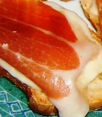 Bruschetta con mozzarella di bufala e prosciutto