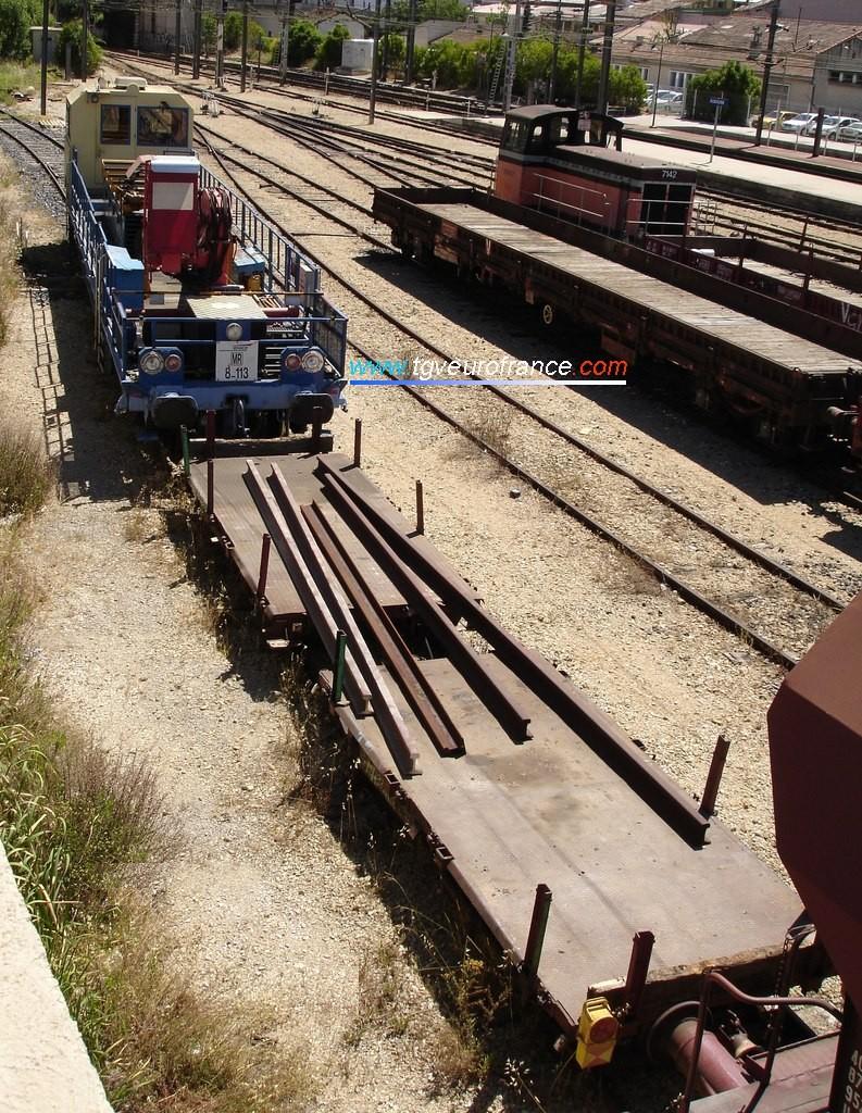 Une draisine DU 94 avec deux wagons accouplés par un attelage court wagon-draisine
