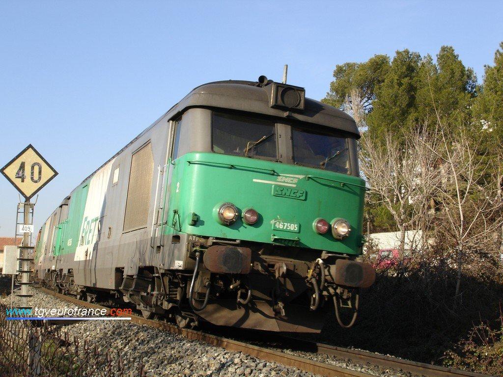 La BB 67505 et la BB 67506 en tête d'un lourd train de bauxite