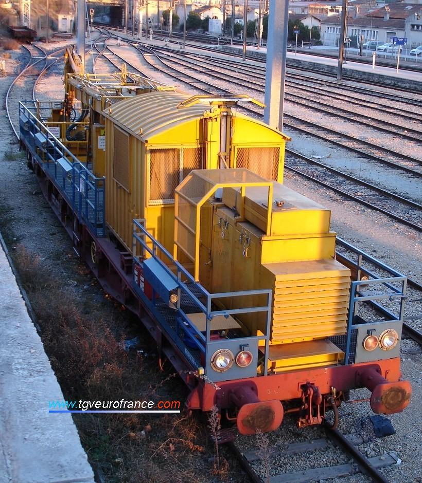 Un wagon de maintenance caténaires équipé d'un archet pour la caténaire