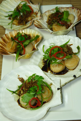 Pan-fried scallops with gingered oyster sauce and soy sauce