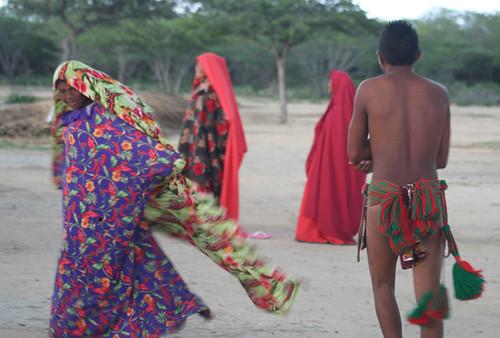 indios wayuu en un baile tradicional