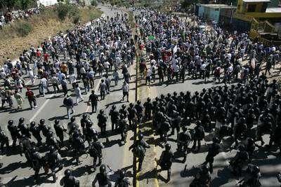 Manifestantes en favor de la APPO se retiran, luego de que la Policía Federal Preventiva entró a la ciudad de Oaxaca