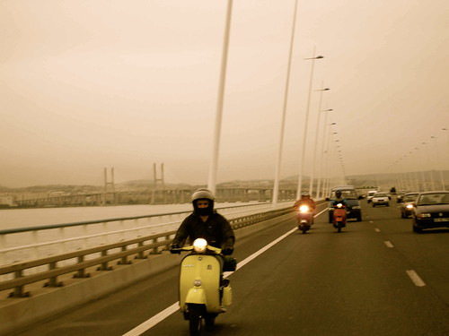 Charlie atravessando a  ponte vasco_da_gama