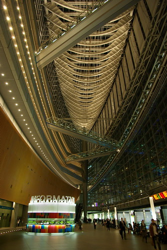Tokyo International Forum(Camera: Pentax K10D Exposure: 0.167 sec (1/6) Aperture: f/4 ISO Speed: 400)