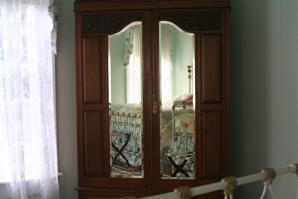 armoire ©2006 RosebudPenfold