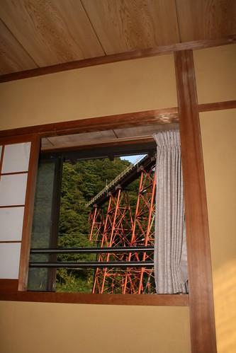 兩扇窗戶其中之一