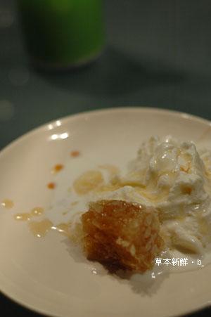 淋了檸檬蜂蜜濃稠醬汁之牛奶雪糕甜點