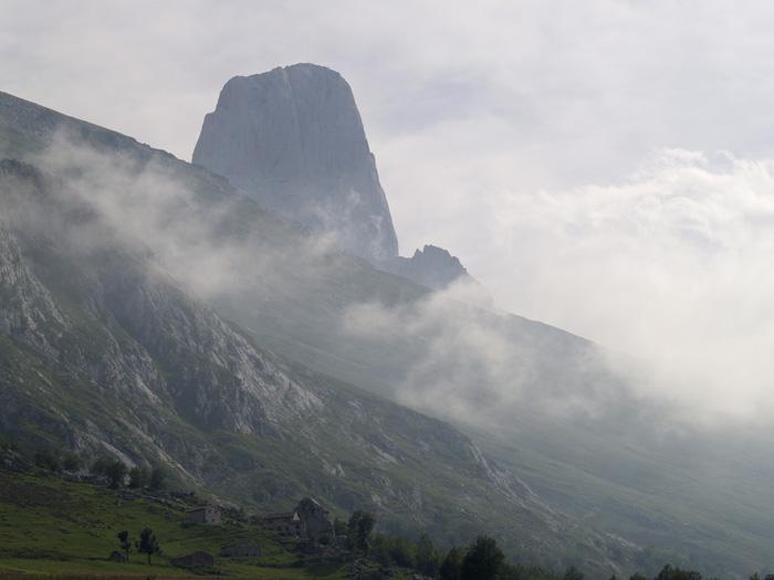 Urriellu: atrayendo la niebla.