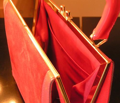 Röd lack & mockaväska.