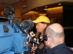 LeBlanc habla para los medios tras el veredicto a su favor (Charles LeBlanc / Licencia CC-BY-SA)