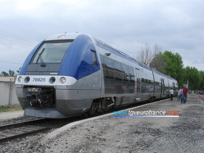 La rame AGC s'apprête à quitter la gare de Monteux pour rejoindre Entraigues, puis Sorgues.