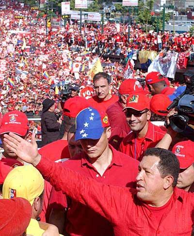 multitud bolivariana y Chávez