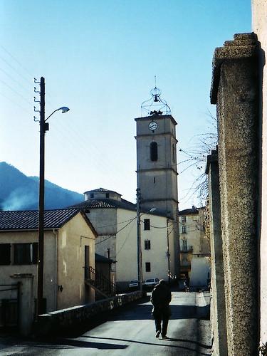 Paddock Café :: Nice の山村にあるタワーと老人