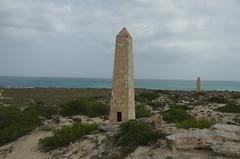 Monumente an einem Naturstrand