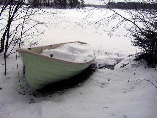 Vene täynnä lunta