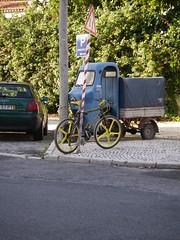 Bicicleta presa a poste em Oeiras