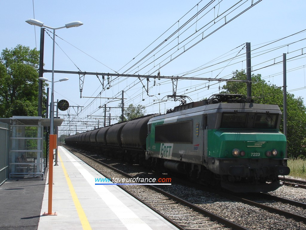 A BB 7200 Alsthom locomotive with the FRET livery hauling alumina wagons in the Saint-Martin de Crau station