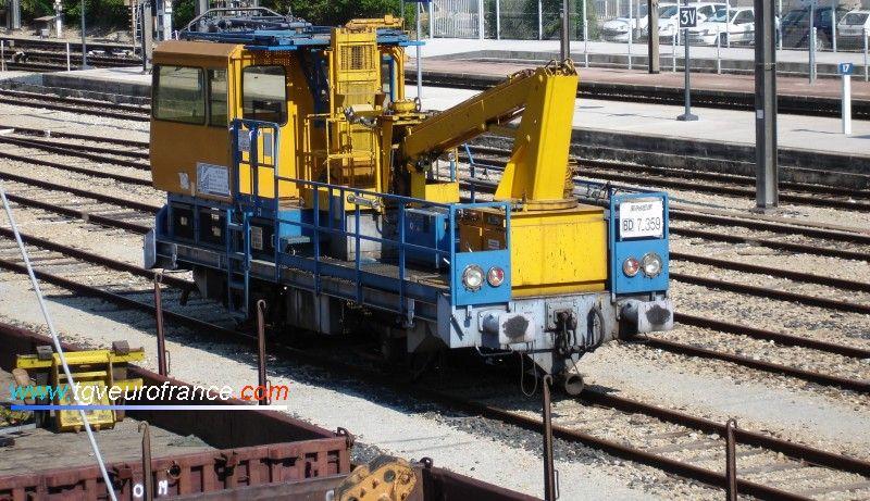 L'EMC 7-359 SNCF de Bordeaux avant sa modernisation est photographié en gare d'Aubagne (Bouches-du-Rhône) en mai 2005.