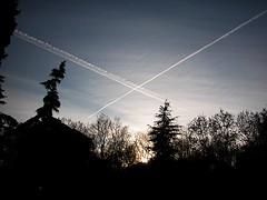 Cielo cortado por jets