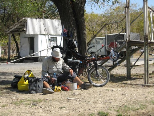 Lunch break at a check point - about 20km from Osh on the Pamir Highway (Kyrgyzstan) / お昼です(オシュ市を出て20km時点にある軍隊チェックポイント)
