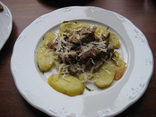 Patatas asadas acompa�adas con boletus edulis e idiazabal rallado