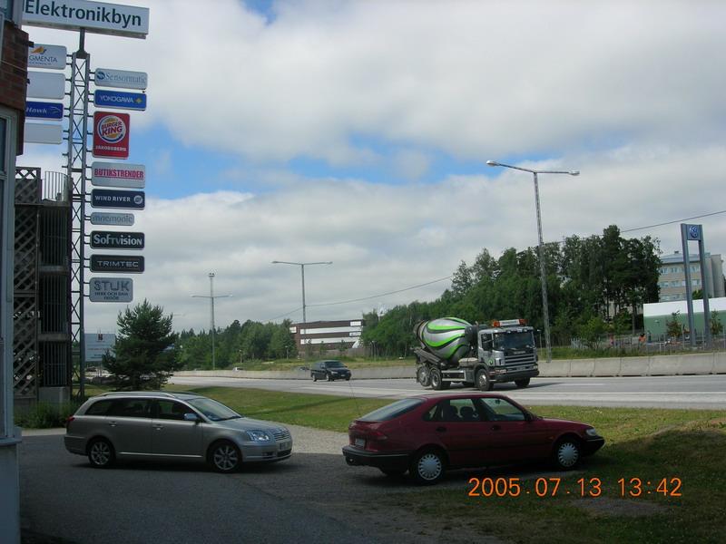 公司外面的大路和旁边的树林