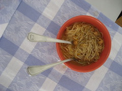 foto de noodles con caldo de garbanzos con carne