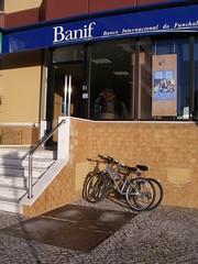 Bicicletas à entrada do Centro Comercial Palmeiras, em Oeiras