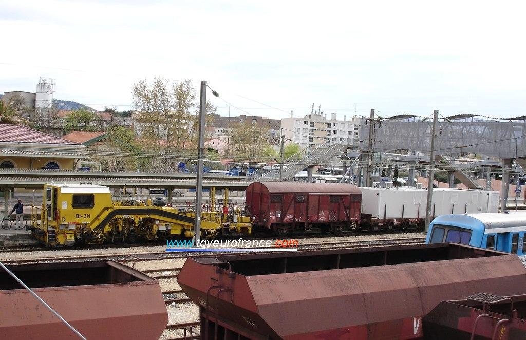 Una bateadora Unima BI-3N Framafer (Plasser-Theurer) con un tren de trabajos en la estación de Aubagne