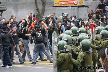 Policía Chilena dispersa manifestación en la Alameda