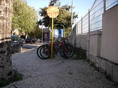 Estacionamento para bicicletas junto à estação de comboios de Oeiras