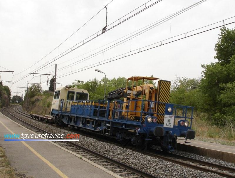 Une draisine DU94 (la 8-137) traverse la gare SNCF de Saint-Chamas (Bouches-du-Rhône)