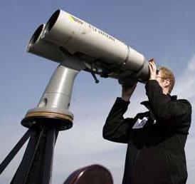 阿尔夫用超大双筒望远镜