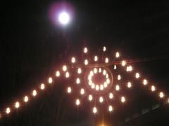 Weihnachtsbeleuchtung mit Mond