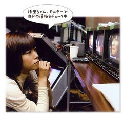 在螢幕前認真確認自己演出表現的上野樹里
