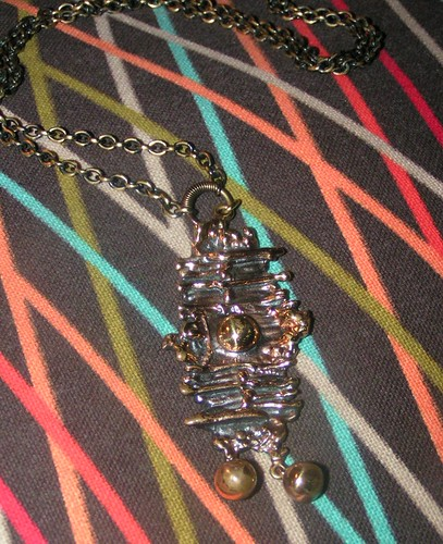 Halsband i brons av Pentti Sarpaneva.