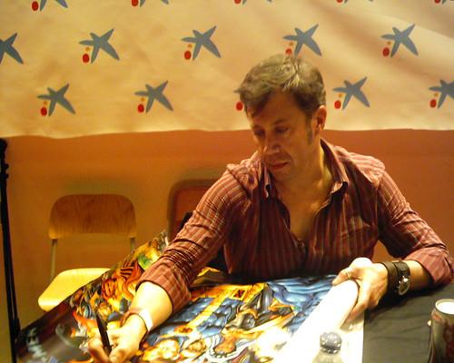 Carlos Pacheco firmando el poster