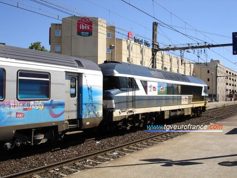 Vue sur l'avant du train avec en tête la locomotive Diesel CC72084 du dépôt de Nevers