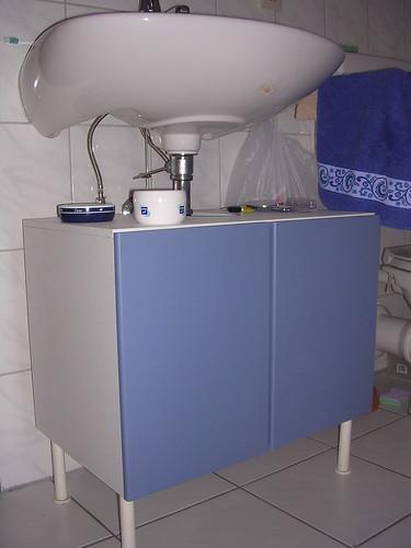 Sous le lavabo