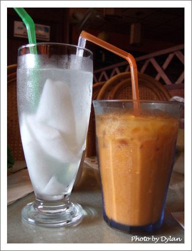 椰子汁和冰奶茶