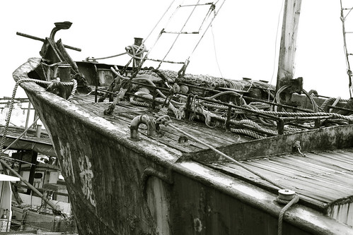 Rusty ship in B&W (by Victor@tw)