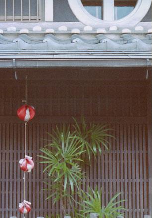 格子の家と身代わり猿