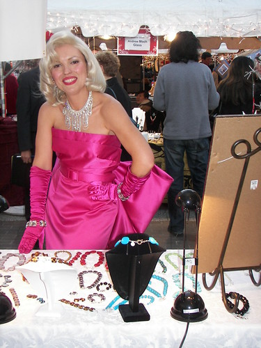 Marilyn Monroe likes jewels