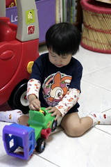 Neona061102n03_play_truck