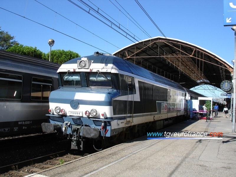 La CC 72084 en tête du Train du Rugby en gare d'Avignon (Vaucluse) le 18 août 2006