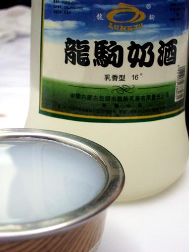 モンゴルのお酒「ナイシュウ(乳酒)」