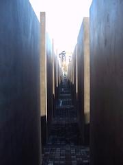 Blick durch das Holocaust-Mahnmal.