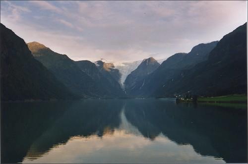 Glaciar Briksdal, en Noruega, desde la orilla opuesta del lago.